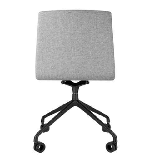 Drehstuhl von hinten grau gepolstert mit schwarzem Gestell und Rollen