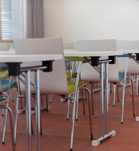 MSM Tisch Modell 211 klappbar Gestell Chrom Tischplatte weiß beschichtet in Seminarraum