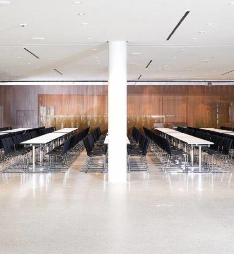MSM Tisch Modell 211 klappbar Gestell Chrom Tischplatte weiß beschichtet in Veranstaltungsraum