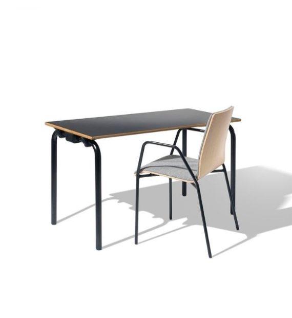 MSM Tisch Modell 224, Tischplatte und Gestell schwarz in Kombination mit schwarzem Stuhl