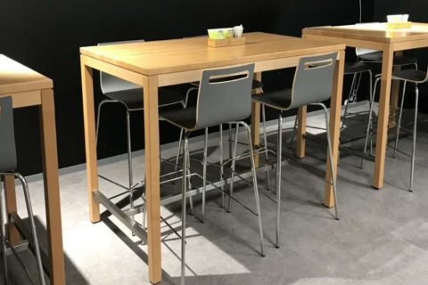 MSM Barhocker Modell 3352 bar in Cafeteria mit Holzschale vorne schwarz hinten grau