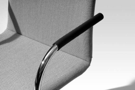 MSM Stapelstuhl Genius grau gepolstert Armlehne im Detail