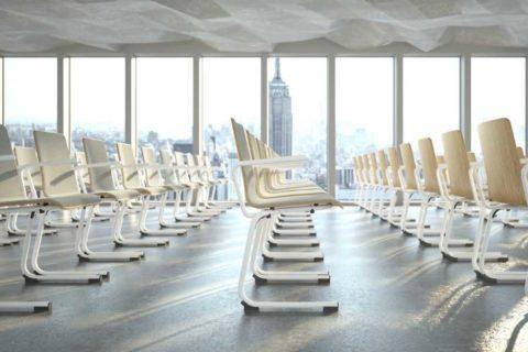 MSM Stapelstuhl Serie 3100 C Fuß Gestell weiß und Sitzschale Holz in großem Seminarraum