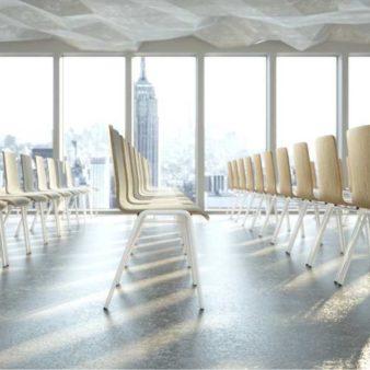 Viele MSM Stapelstühle Serie 3100 mit 4 Fuß Gestell in großem Seminarraum