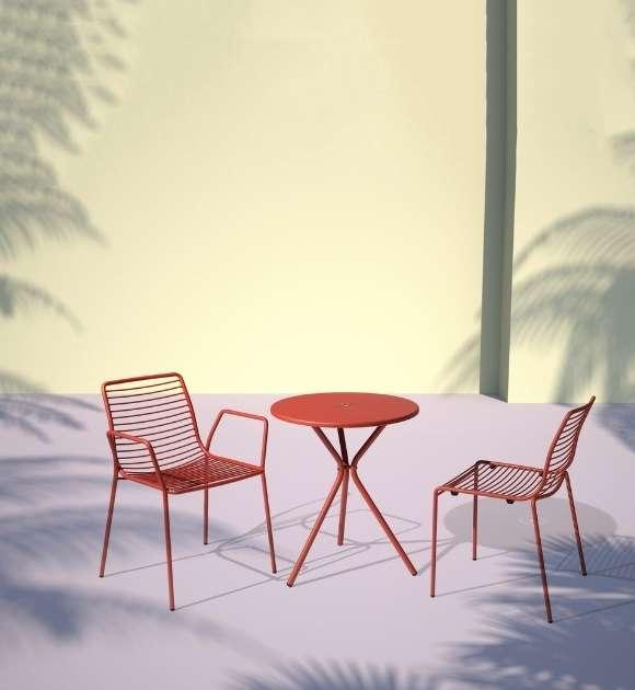MSM Stuhl und Tisch Modell Margarete Outdoor mit Gestell Volldraht rot in Innenhof