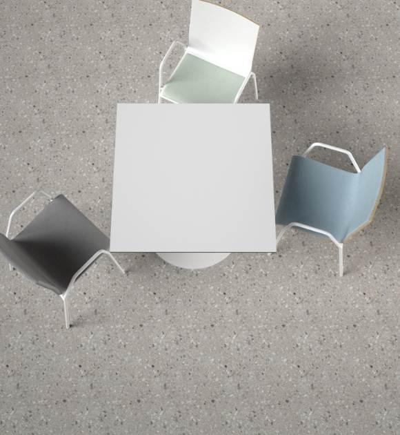 MSM Stapelstühle und Säulentisch mit hygienischen, pflegeleichten Materialien