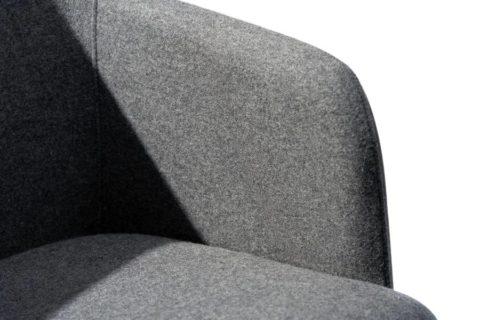 MSM Form & Furniture Modell Klara, Lounge- und Konferenzstuhl, vollgepolsterte Sitzschale im Detail, grauer Stoff