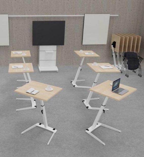 MSM Single Table, multifunktionaler Tisch, Tischplatte weiß und kippbar, Gestell Chrom, im Meetingraum angeordnet